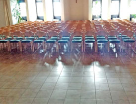 Kirchenstühle reinigen in der Kirche St. Marien in Mörfelden im Juni 2017