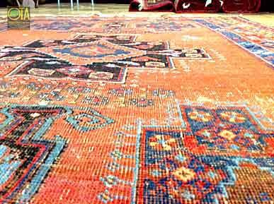 Antiker abgetretener Heriz Teppich vor unserer Teppichrestauration