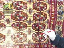 Abgetretener Buchara-Teppich während des Nachfärbens