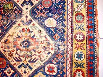 Alter Perser vor einer Teppichwäsche