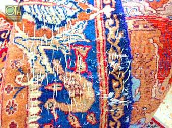 Morsche Stellen im alten Teppich werden vor einer Teppichwäsche provisorisch befestigt