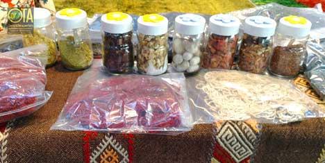 Pflanzenrohstoffe für Einfärben der Wolle, die man für Teppichkonservierung braucht