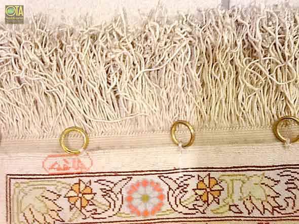 Ringe am Teppich zum Aufhängen an der Wand