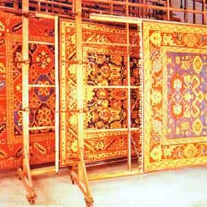 Nach der Wäsche werden die Teppiche glatt gespannt, um Verformung vorzubeugen