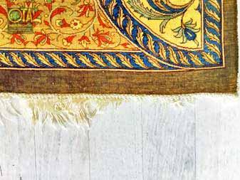 Der Seidenteppich hat beschädigte Fransen und benötigt Teppichreparatur