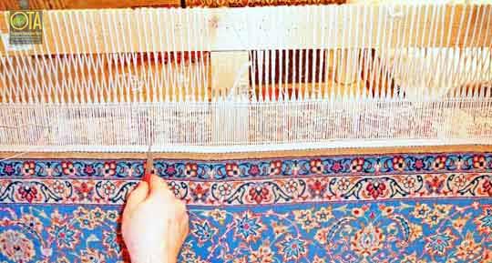 Teppichreparatur der Fransen bei einem feinen Isfahan Teppich