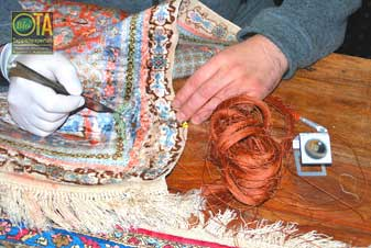 Alter Teppich aus Seide wird restauriert
