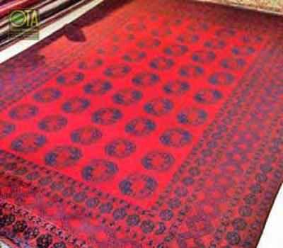 Alter Teppich wurde in der Mitte herausgeschnitten, um verkleinert zu werden